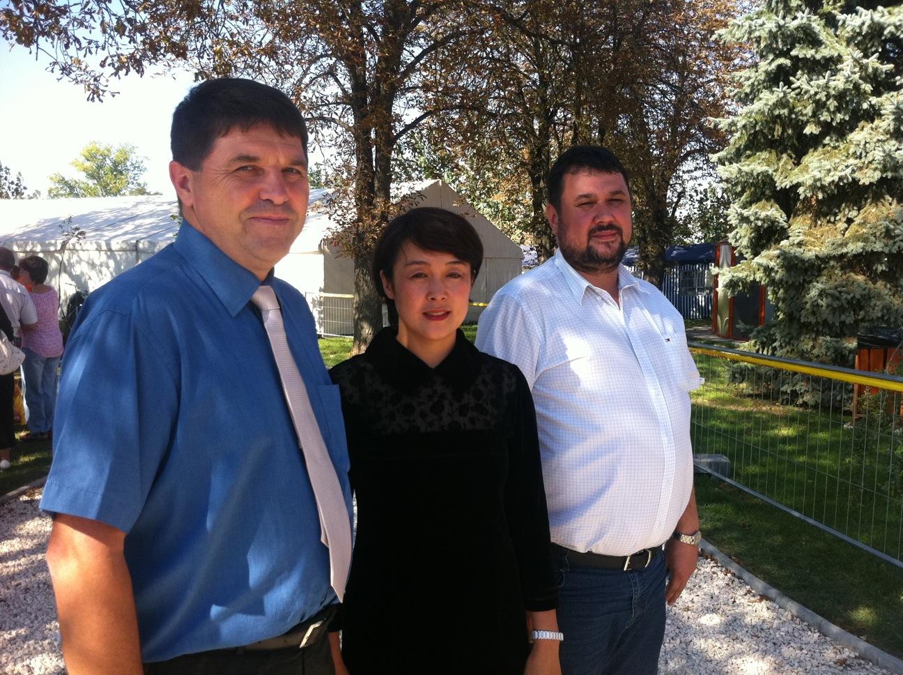 上图是Farkas Zoltan 贝给斯州主席,苏畅女士和Gallo Ferenc东方太阳能公司老板