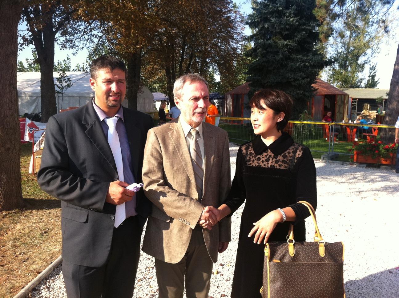 图中是Simonka Gyorgy 布斯島老高依镇镇长并国会议员和Czervan Gyorgy国务秘书先生同苏畅女士东方太阳能公司老板。