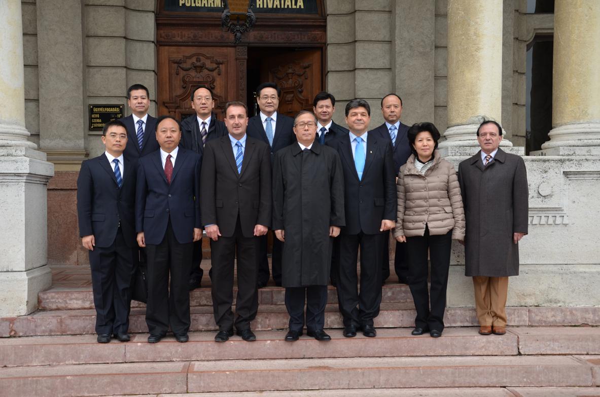 中国代表团与地区主席dr.Szakács Imre,地区荣誉书记dr.Kovács Béla以及Győr 市副市长Simon Róbert Balázs