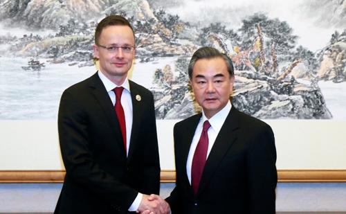 王毅会见匈牙利外交与对外经济部部长西雅尔多